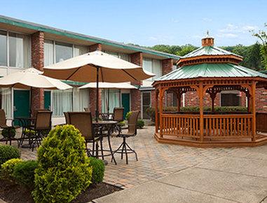 Days Inn Butler Conference Center - Courtyard