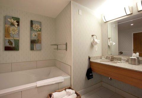 SpringHill Suites Athens - Queen Queen Suite Bathroom
