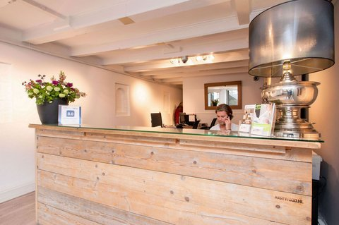East Quarter Apartments - Amsterdam City Center reception check in desk