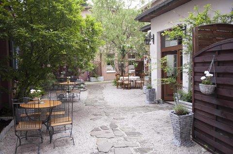 Hotel Diament Plaza Gliwice - Garden outside the restaurant