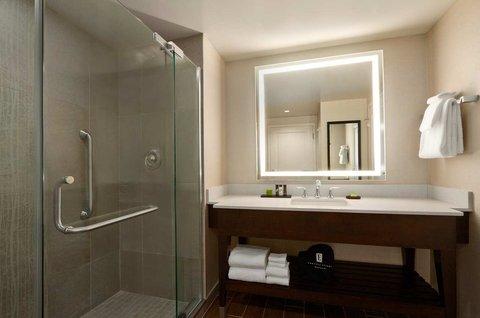Embassy Suites Springfield - Bathroom