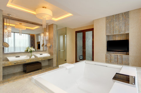 Sheraton Changchun Jingyuetan Hotel - Presidential Suite Bathroom