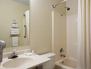 Super 8 Alexandria MN Hotel - Bathroom