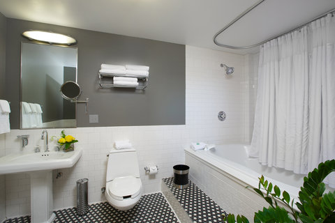 The Lofts Hotel - Deluxe King Suite Bathroom
