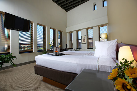 The Lofts Hotel - Deluxe King Suite Bedroom