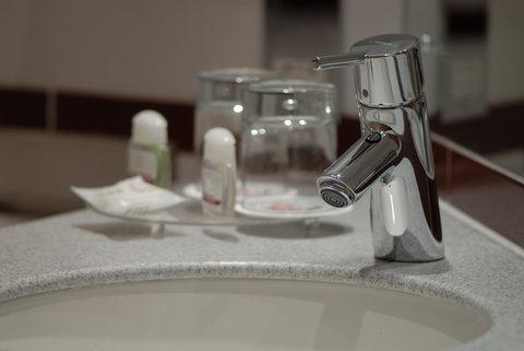 Future Inn Cardiff Bay - En-suite Bathroom