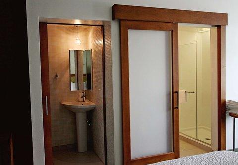 SpringHill Suites Cincinnati Midtown - Suite Bathroom