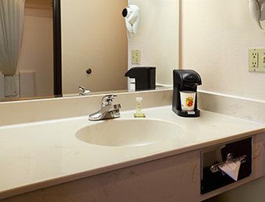 Super 8 Colorado Springs Airport - Bathroom