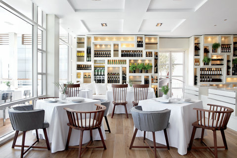 فندق آرتس برشلونة - Interior of the restaurant Enoteca with view to th