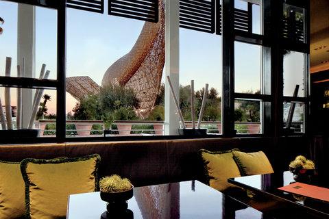 فندق آرتس برشلونة - View to Frank Gehry s Fish sculpture