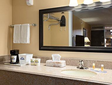Days Inn Henryetta - Bathroom