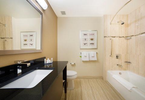Courtyard Downtown Marriott - Guest Bathroom with Tub