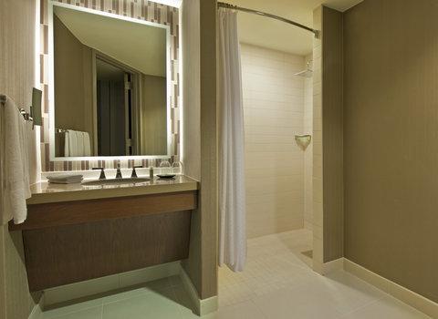 The Westin Peachtree Plaza, Atlanta - Traditional Queen Accessible Bathroom