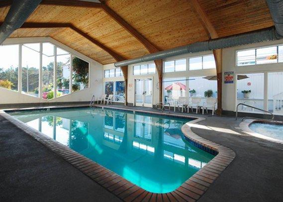 Clarion Hotel Monterey Poolansicht