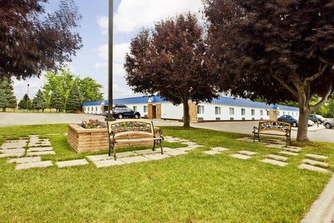 Americas Best Value Inn Grand Forks - Courtyard