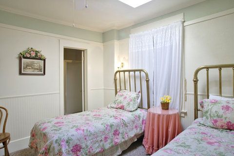 Americas Best Value Inn - Skylight Room