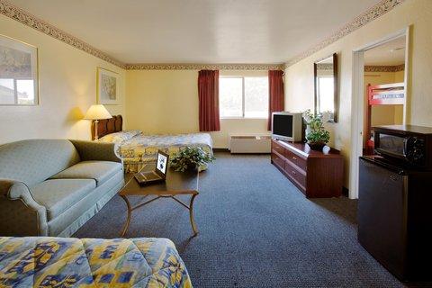 Americas Best Value Astoria Inn and Suites - Living Room