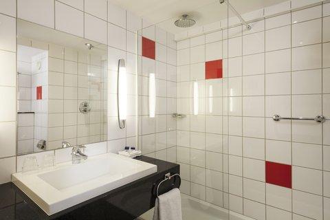 Park Inn Thurrock - guest bathroom