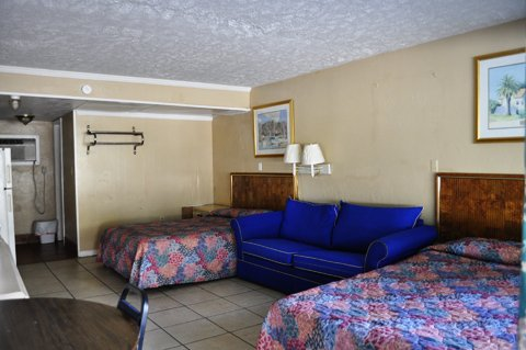 Calypso Motor Inn - 3 double beds efficiency