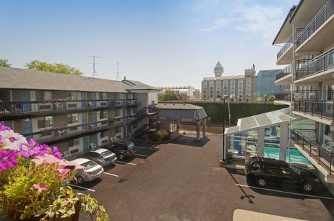 Americas Best Value Inn & Suites-Niagara Falls - Courtyard Area