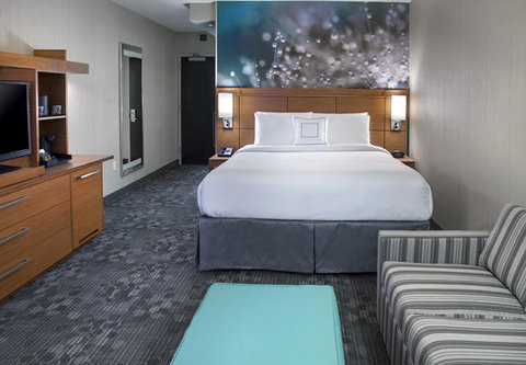 Courtyard Philadelphia South at The Navy Yard - King Guest Room