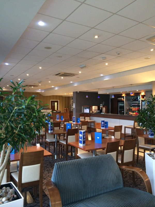Holiday Inn Express Liverpool-John Lennon Airport 酒吧/休息厅