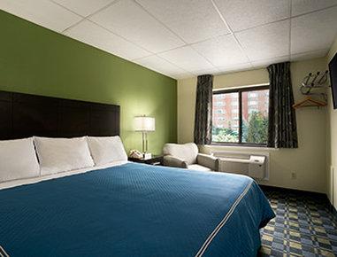 Travelodge Cleveland Lakewood - Standard King Bed Room