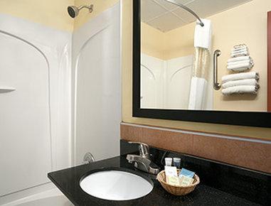 Travelodge Cleveland Lakewood - Bathroom