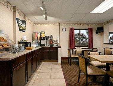 Travelodge Cleveland Lakewood - Breakfast Area