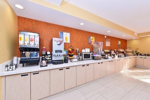 BEST WESTERN PLUS Fresno Airport Hotel - Enjoy a Hot Breakfast every morning