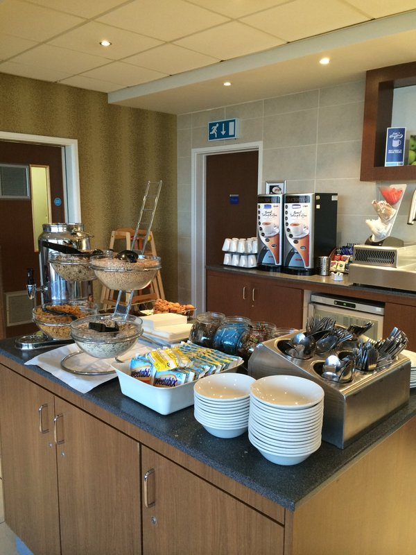 Holiday Inn Express Liverpool-John Lennon Airport 餐饮设施