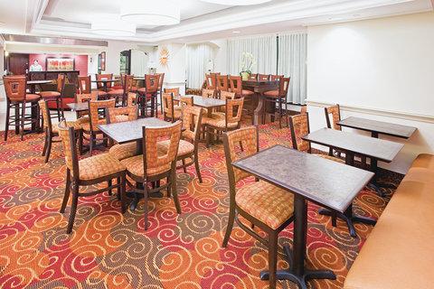 La Quinta Inn & Suites Dallas I-35 Walnut Hill Ln - Breakfast Area