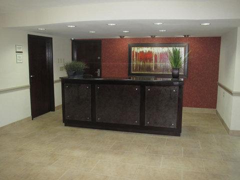 La Quinta Inn & Suites Dallas I-35 Walnut Hill Ln - Front Desk