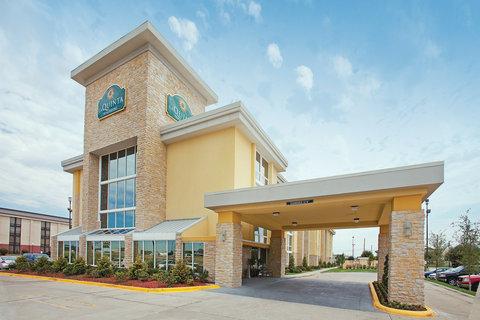 La Quinta Inn & Suites Dallas I-35 Walnut Hill Ln - Exterior