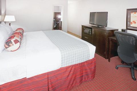 La Quinta Inn & Suites Dallas I-35 Walnut Hill Ln - Guest Room