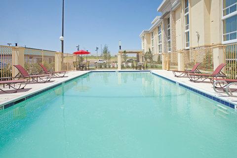 La Quinta Inn & Suites Dallas I-35 Walnut Hill Ln - Pool