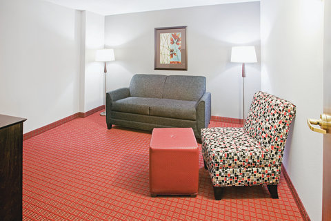 La Quinta Inn & Suites Dallas I-35 Walnut Hill Ln - Suite