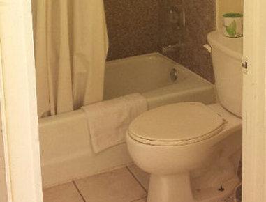Knights Inn Bay City - Bathroom