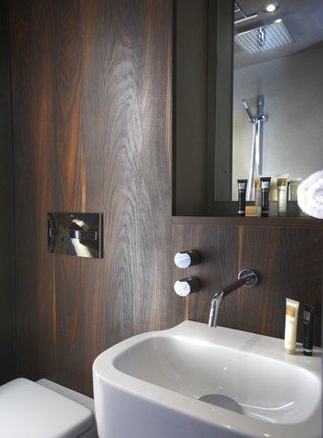 Bloc Hotel Gatwick - Bathroom