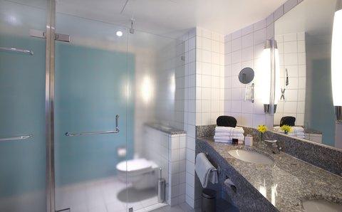 拉迪森萨斯机场酒店 - Suite bathroom