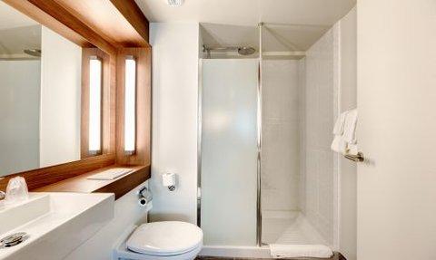 Campanile La Roche sur Yon Centre Gare - Bathroom