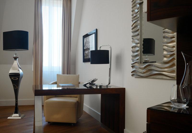 Hotel Am Steinplatz, Autograph Collection® Berlin Junior Suite Work Desk