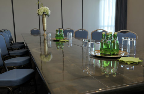Staybridge Suites ST. PETERSBURG DOWNTOWN - Boardroom with natural light
