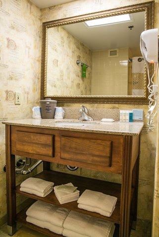 Hampton Inn Dallas-North-I-35E At Walnut Hill - Guest Bathroom