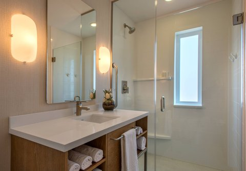 SpringHill Suites San Diego Oceanside/Downtown - Suite Bathroom