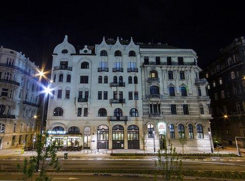 City Hotel Matyas - Hotel at night
