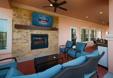 TownePlace Suites El Paso Airport - Outdoor Patio   Fireplace