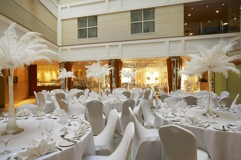 加的夫希尔顿酒店 -  Atrium Dinner Tables