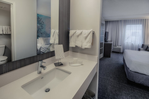 Courtyard Dallas DFW Airport North/Irving - Suite Guest Bathroom