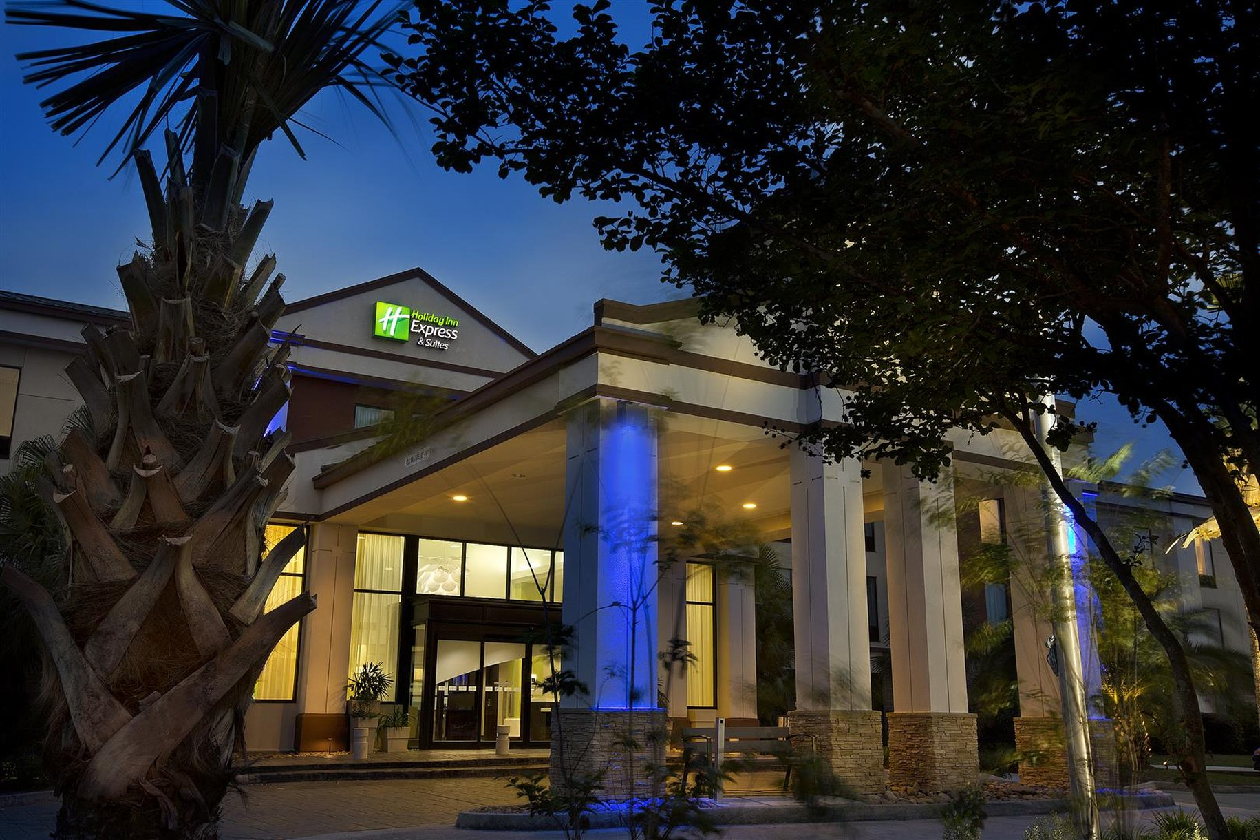 Holiday Inn Express & Suites Airport S